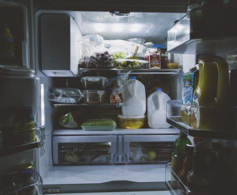 Jakie artykuły spożywcze zawsze warto mieć w lodówce?