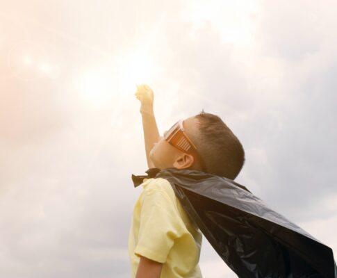dziecko w przebraniu superbohatera